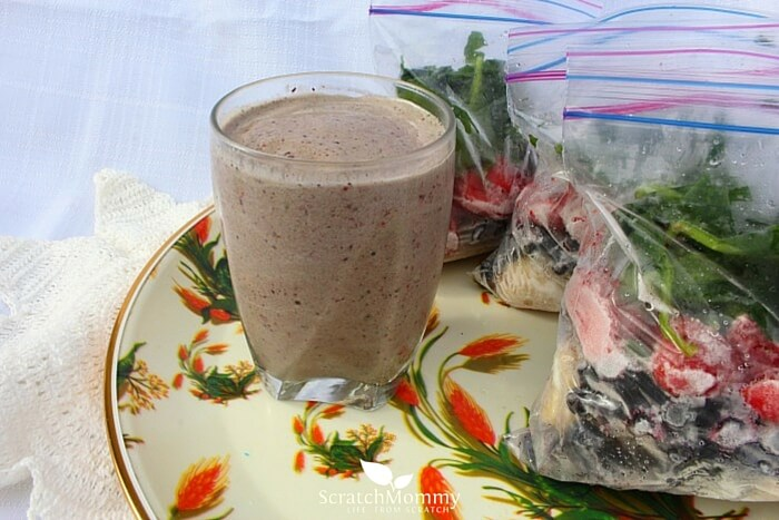 An Energizing Spinach Berry Smoothie Recipe (AND come learn how to make frozen smoothie bags)!- Scratch Mommy